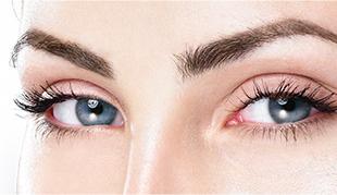 Vrouw met eyebrow make up.jpg