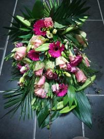 Rouwboeket roze met lelies luxe (op foto middel formaat)