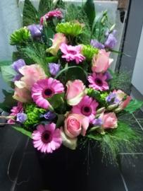 Rouwboeket fris groen en zacht paars luxe (op foto middel formaat)