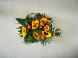 rouwboeket  zonnebloem (op foto middel)