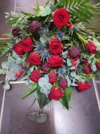 Rouwboeket rood met gespoten rozen luxe (op foto groot formaat)