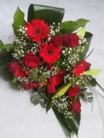Bruidsboeket rood langwerpig met lelies