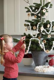 Duurzaam versieren: Popcorn slinger om de kerstboom!
