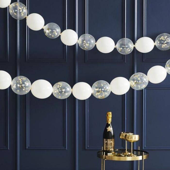 Gouden confetti ballonnen en witte ballonnen   Slinger