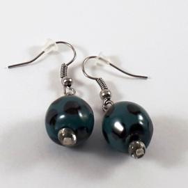 Groen zwart gestipte oorhangers, handgemaakt met keramische kralen