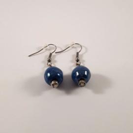 Blauwe oorhangers, handgemaakt met keramische kralen
