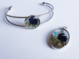 metalen armbanden en hangers met edelstenen