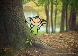 Meisje achter de boom