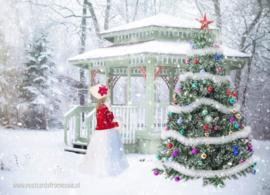 Meisje bij de kerstboom