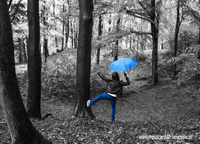 Dansen in de regen ansichtkaart