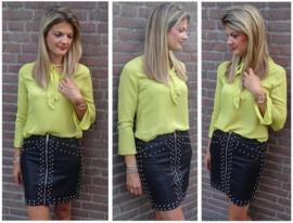 Gele blouse met strik en uitlopende mouwen in combinatie met onze leather look rok met studs