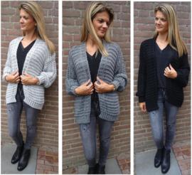 Stoere grijze jeans in combinatie met grof gebreid dames vest