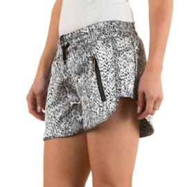 Prachtige short in combinatie met zwarte top met kant en slippers met studs