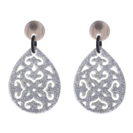 Zilverkleurige oorbellen met ornament patroon