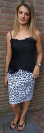 Prachtige rok met panter print in combinatie met prachtige zwarte top met kant en slippers