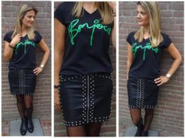 Stoere leather look rok met studs in combinatie met zwart t-shirt met v-hals en tekst 'Bonjour'