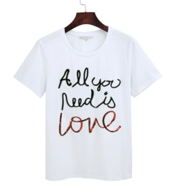 T-shirt met tekst: All you need is love