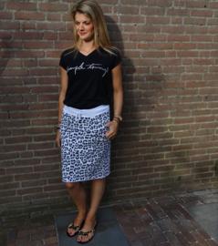 Prachtige rok met panter print in combinatie met t-shirt met tekst 'Simple things' en prachtige slippers