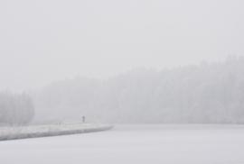 Fietser in mist en sneeuw (Hoornsche Diep)