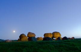 Hunebed Loon bij maanlicht