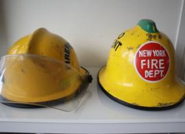 Twee Vintage brandweerhelmen USA