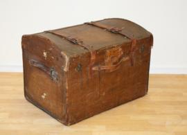 Antieke reiskoffer met lederen riemen Perry & Co