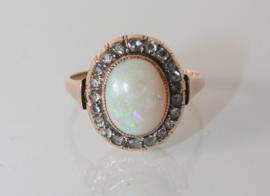 Prachtige antieke gouden rozetring met opaal en roosdiamanten