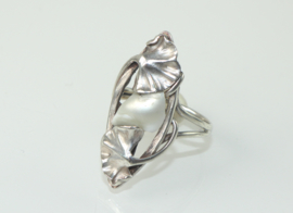 Antieke zilveren Jugendstil ring met bladmotieven en parelmoer