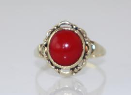 Vintage gouden ring met cabuchon geslepen bloedkoraal