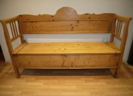 Antieke grenenhouten klepbank met zitkussen.