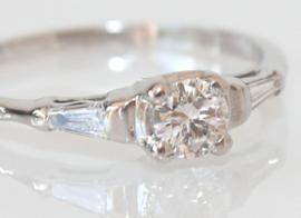Antieke Art Deco witgouden ring met oudslijpel diamant en tapse baguettes