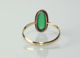 Antieke gouden ring met cabuchon geslepen groene edelsteen