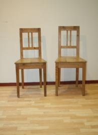 Twee antieke grenen stoeltjes