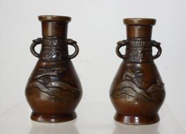 Paar antieke bronzen miniatuur vaasjes