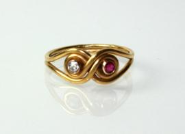 Antieke 20 karaat gouden ring met diamant en robijn