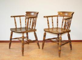 Twee Engelse Windsor Smokers chairs