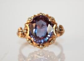 Bijzondere 18 karaat gouden ring met grote van kleur veranderende saffier