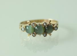 Fraaie Art Nouveau gouden ring met groene kattenoog (chrysoberyl) en zaadparels
