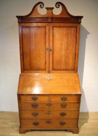 Antiek secretaire met boekenopstand, 18e eeuw.