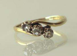 Antieke 14 karaat gouden slagring met 3 roosdiamanten