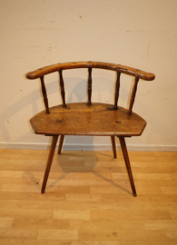 Antiek primitief stoeltje, krukje