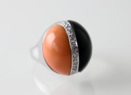 Art Deco ring met onyx, koraal en diamant
