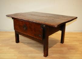Antieke Spaans tafeltje 18e eeuw.