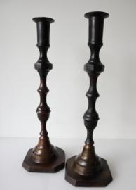 Set antieke koperen kandelaars, 48 cm hoog