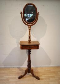 Antieke spiegel op driepoot, Horrix