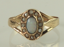 Antieke gouden ring met opaal en zaadparels, jaren '20/'30