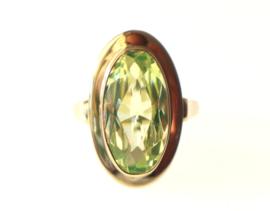 Bijzondere vintage gouden ring met annagroen-glas