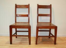 Twee antieke stoeltjes (setprijs)