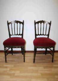 Twee antieke zwartlak stoeltjes