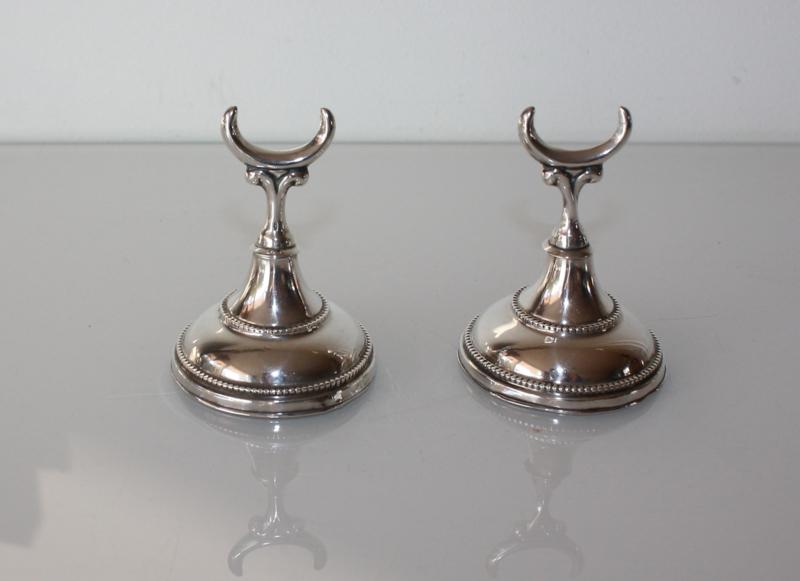Set antieke zilveren ringenstandaards, 19e eeuw.